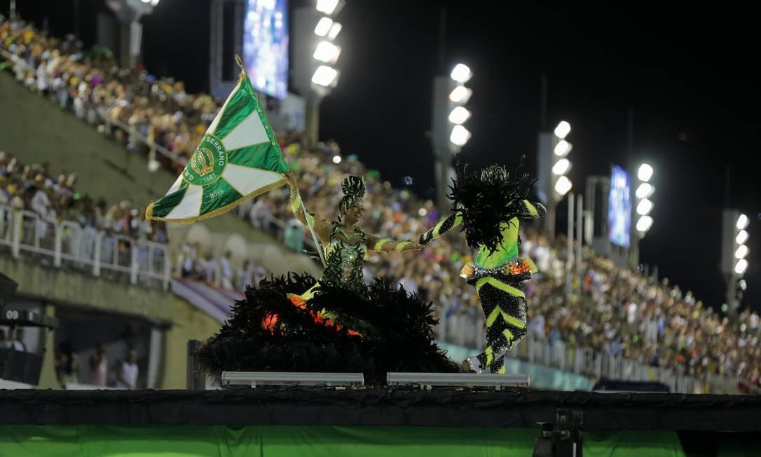 O Império Serrano aposta alto na inovação: mestre-sala e porta-bandeira bailam sobre plataforma Foto: Alexandre Cassiano / Agência O Globo