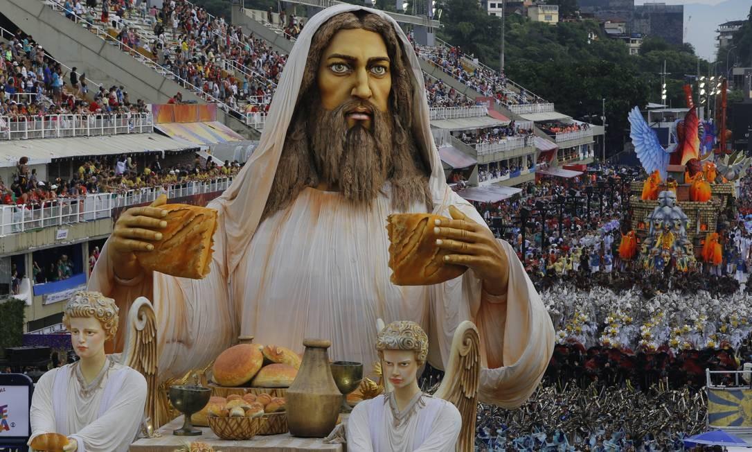Jesus e a multiplicação dos pães: o penúltimo carro da escola levou emoção à Avenida Foto: Adeyemi Oliveira / Agência O Globo