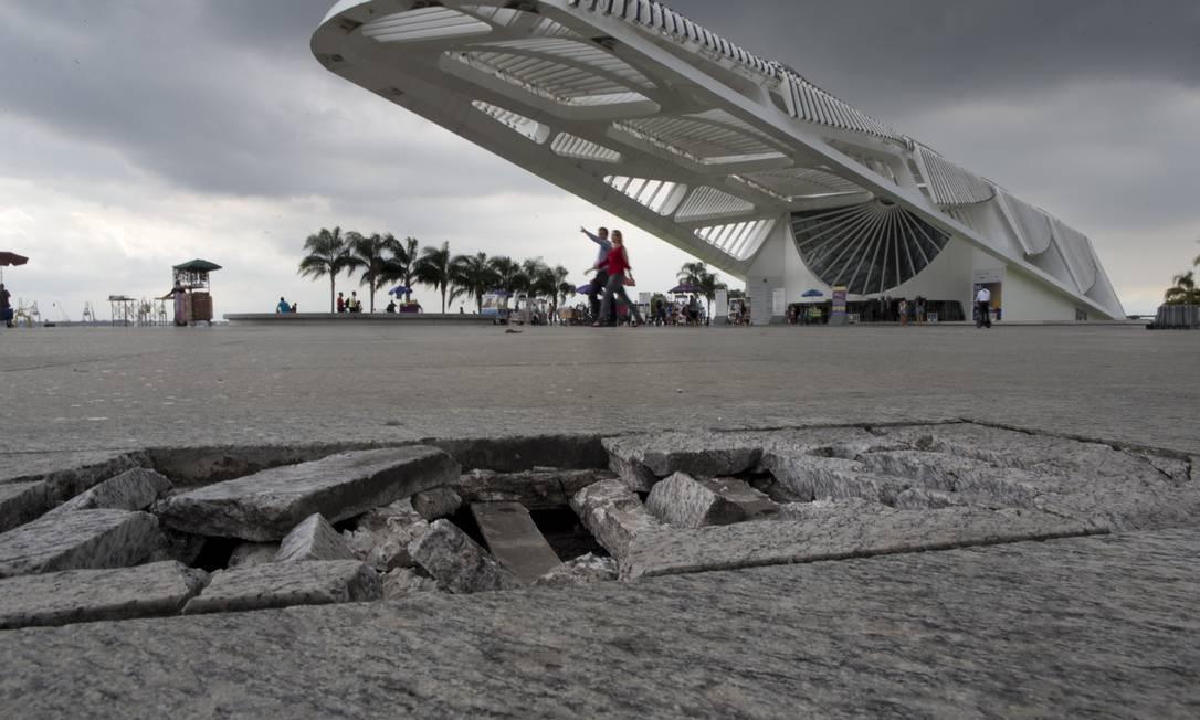 Péssimo estado de conservação do piso da Praça Mauá Foto: Márcia Foletto / Agência O Globo