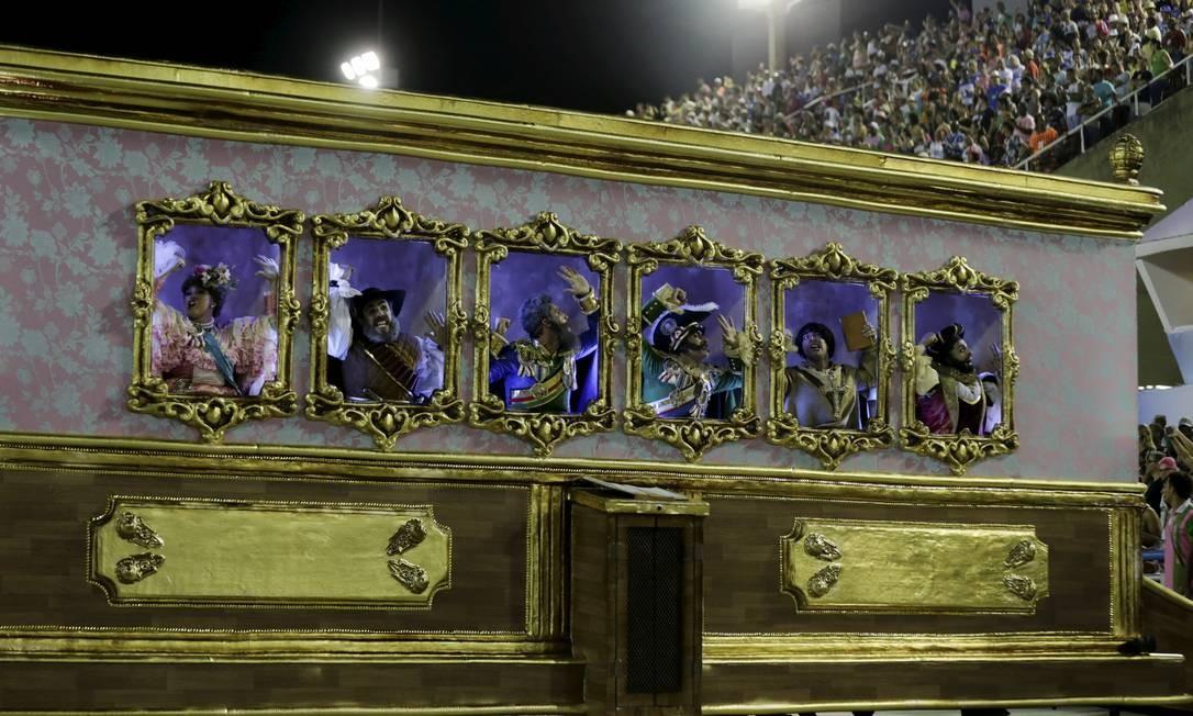 Comissão de frente: molduras ilustram o setor. 'Eu quero um país que não tá no retrato' Foto: MARCELO THEOBALD / Agência O Globo