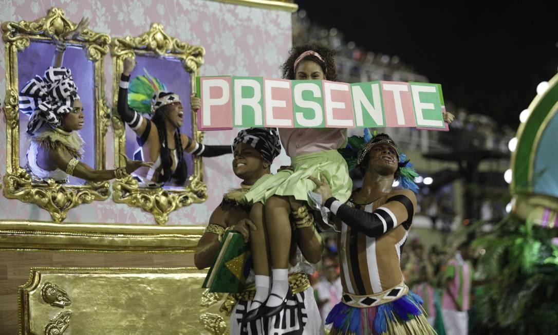 """Um dos destaques da noite, Caca Nascimento emocionou a Sapucaí com a palavra """"Presente"""", em referência a Marielle Franco Foto: GABRIEL MONTEIRO / Agência O Globo"""