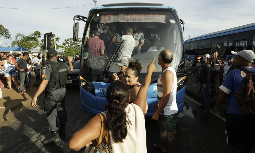 Passageiros protestaram na estação Mato Alto do BRT Foto: Gabriel de Paiva/18-03-2019 / Agência O Globo