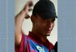 Catador Luciano Macedo foi atingido nas costas ao tentar ajudar família que estava no carro Foto: Reprodução
