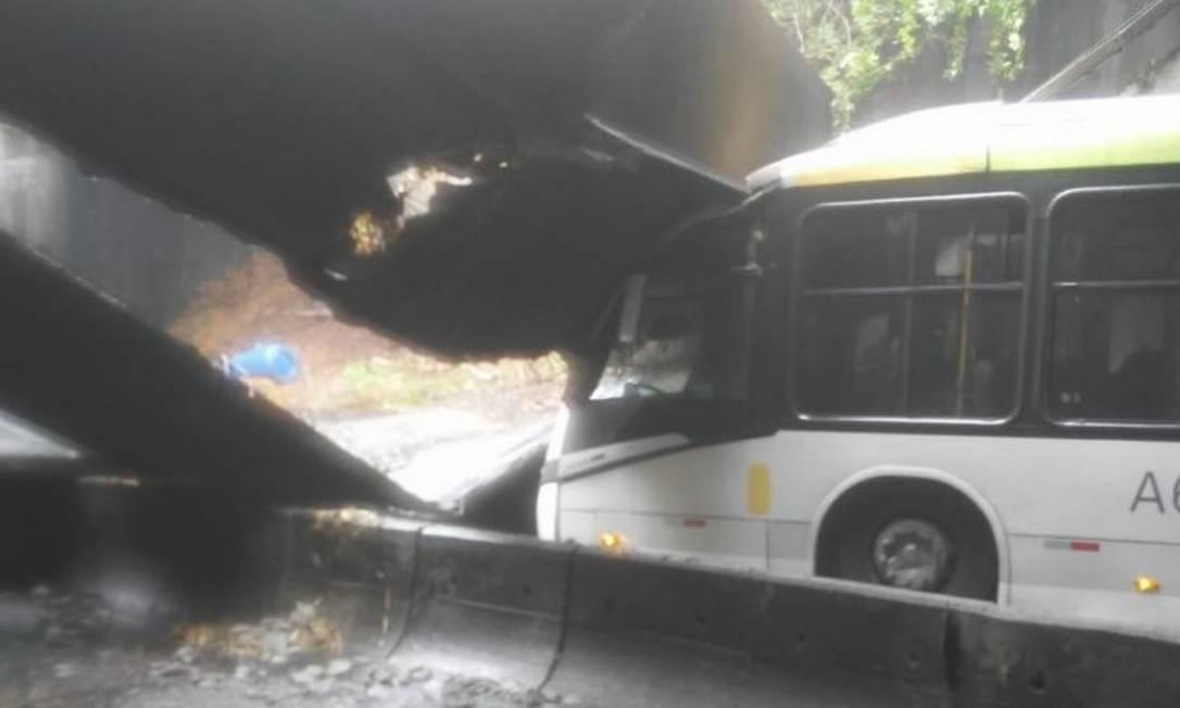 Estrutura de concreto do túnel caiu sobre ônibus Foto: Reprodução/Redes Sociais