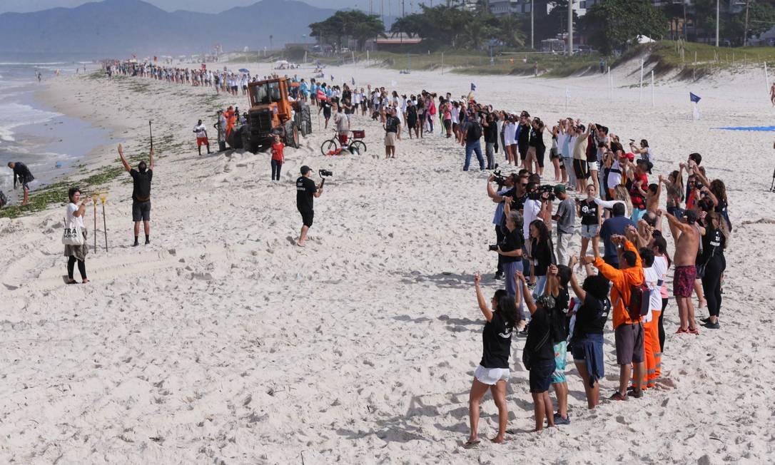 Projeto Aquele Abraço reuniu um grupo de pessoas na Praia da Barra na altura do Quebra Mar para fazer uma limpeza na areia Foto: Cléber Júnior / Agência O Globo
