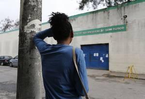 Na foto, jovem que foi até o Centro de Socioeducação Dom Bosco esperar pela possivel soltura de seu namorado, que cumpre pena por roubo Foto: Pablo Jacob / Pablo Jacob