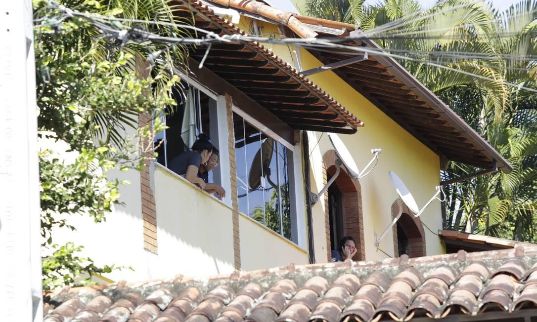 Pastor Anderson do Carmo marido da deputada federal Flordelis (PSD) morto a tiros na garagem da sua casa em Niteroi. Na foto movimentação de amigos na casa. Foto: Marcos Ramos 16/06/2019 / Agência O Globo