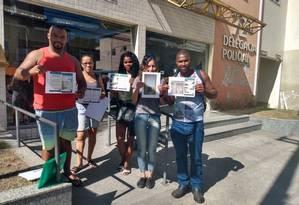Grupo de alunos foi até a delegacia do Mutuá para registrar boletim de ocorrência nesta quarta-feira Foto: Leticia Lopes