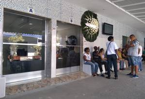 """Amigos e parentes compareceram ao velório de Jorge Victor vestindo uma camiseta branca com a foto do músico e a frase """"Descanse em paz"""" Foto: Geraldo Ribeiro"""