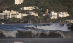 Ressaca leva surfistas à Praia do Flamengo Foto: Alexandre Cassiano / Agência O Globo