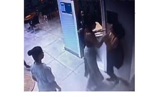 Imagens de câmara de segurança mostram momento em que jovem é agredida dentro de academia Foto: Divulgação