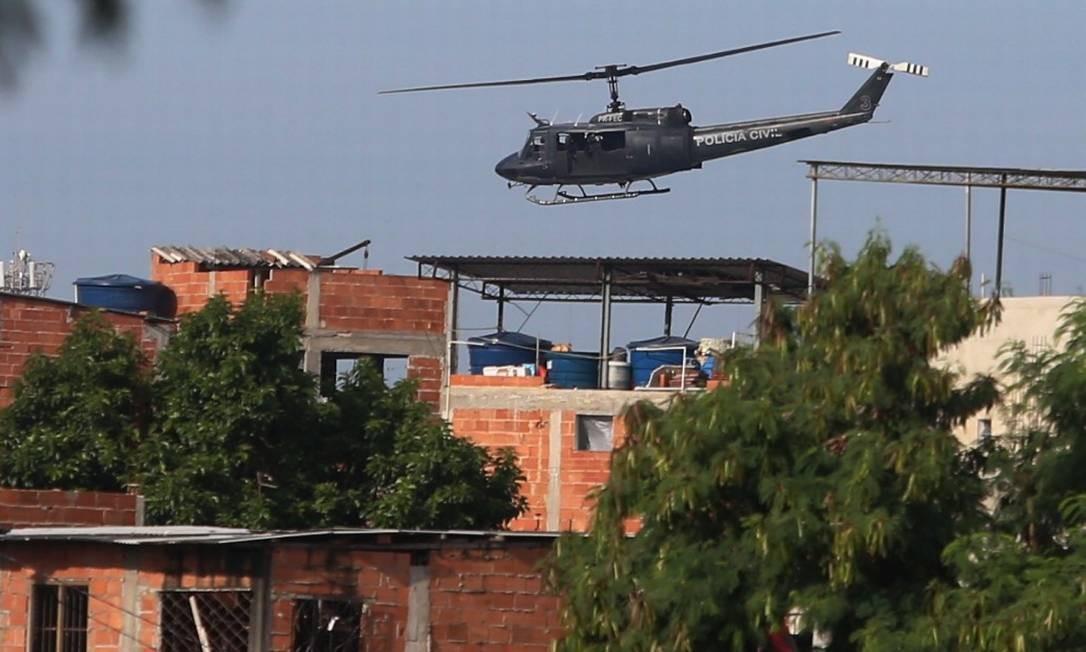 Helicóptero da Polícia Civil em atuação Foto: Agência / Agência O Globo