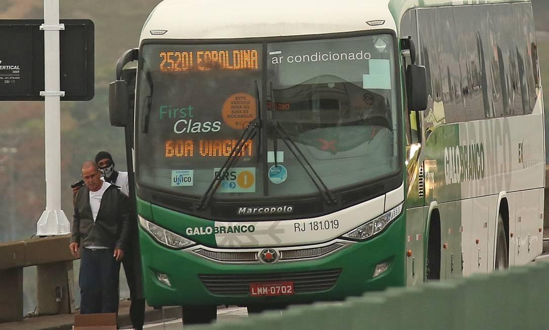 Por mais de 3h de cerco, um sequestrador manteve passageiros de um ônibus como reféns na Ponte Rio-Niterói Foto: Fabiano Rocha / Agência O Globo