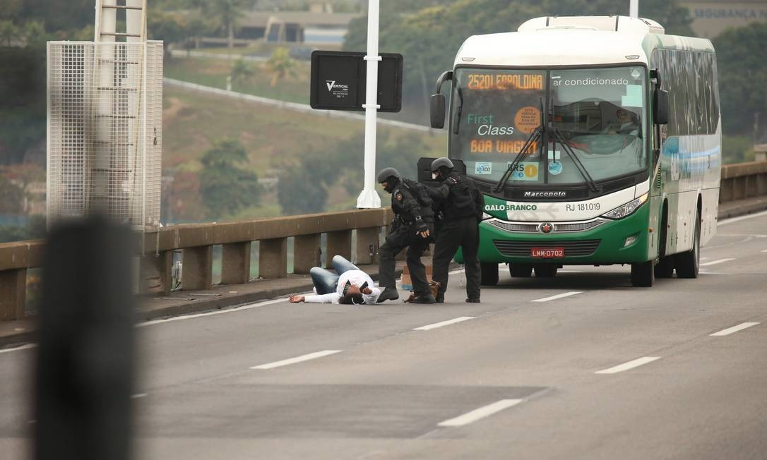 Após mais de 3h de cerco, um sequestrador que manteve passageiros de um ônibus como reféns na Ponte Rio-Niterói foi morto por um atirador de elite do Bope em 20/08 Foto: Fabiano Rocha / Agência O Globo