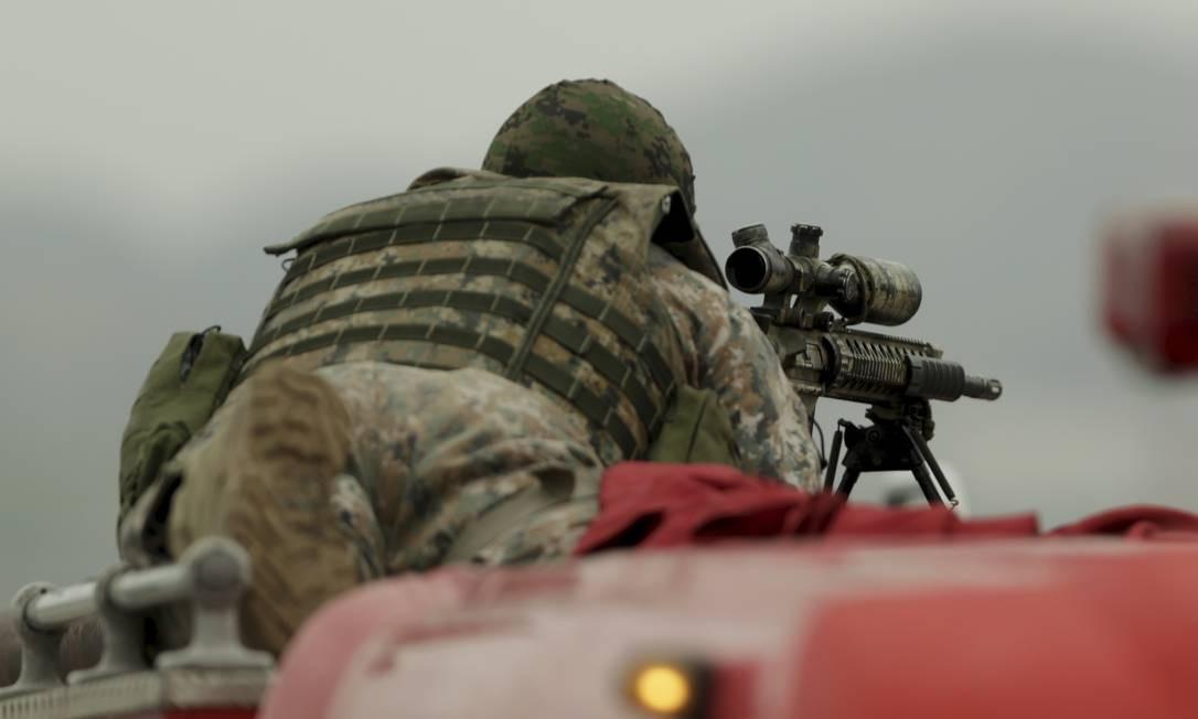 Sniper em ação durante operação do BOPE no sequestro na Ponte Rio-Niterói na última terça-feira (20) Foto: Gabriel de Paiva / Agência O Globo