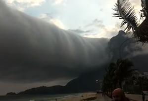 Nuvem de rolo desperta admiração e medo entre os banhistas da praia de São Conrado Foto: Jorge Ricardo / Reprodução