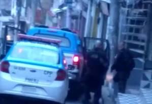 Policiais socorrem agente baleado na Fazendinha, no Complexo do Alemão Foto: Reprodução