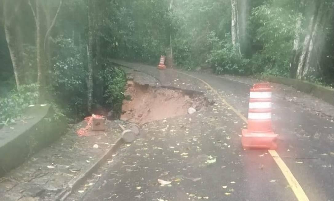 Afundamento de pista interditou Estrada Dona Castorina Foto: Reprodução/COR