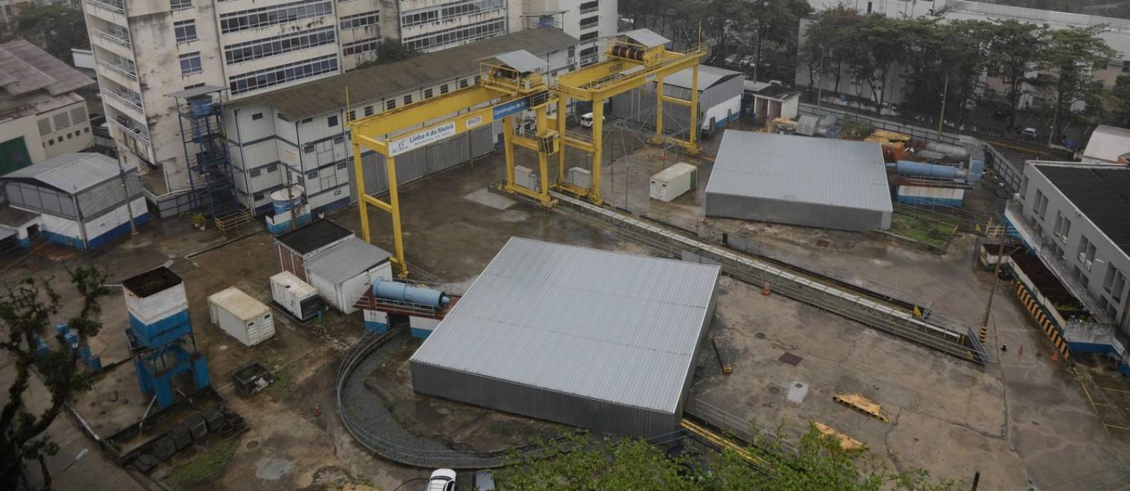 Buracos da estação do metrô da Gávea foram tapados por plataformas de ferro Foto: Agência O Globo