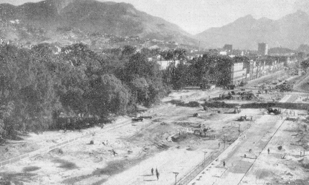 Durante a construção da Avenida Presidente Vargas, prédios foram derrubados e outros construídos na área verde do Rio Antigo Foto: Reprodução