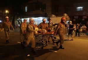 Trabalho de resgate durante incêndio no Hospital Badim, no Maracanã Foto: Alexandre Cassiano / Agência O Globo