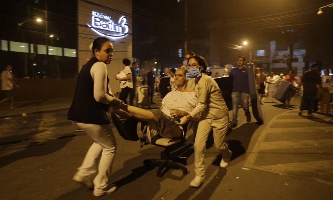 Incêndio atinge Hospital Badim, no Maracanã, e pacientes são retirados em macas Foto: Alexandre Cassiano / Agência O Globo