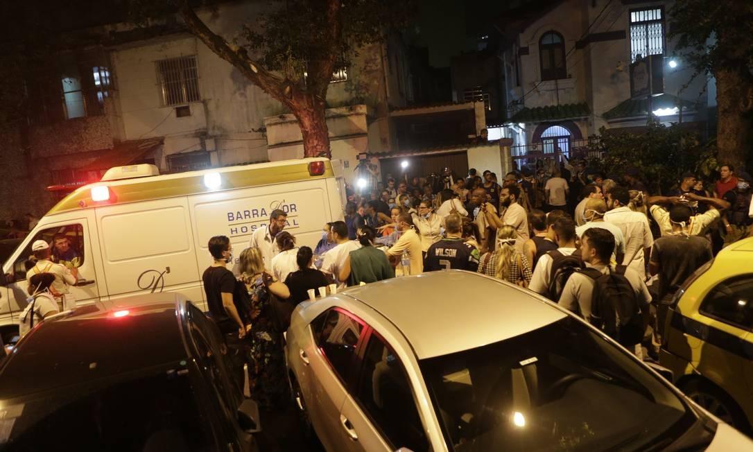 Pacientes do Hospital Badim são retirados nas macas Foto: Alexandre Cassiano / Alexandre Cassiano