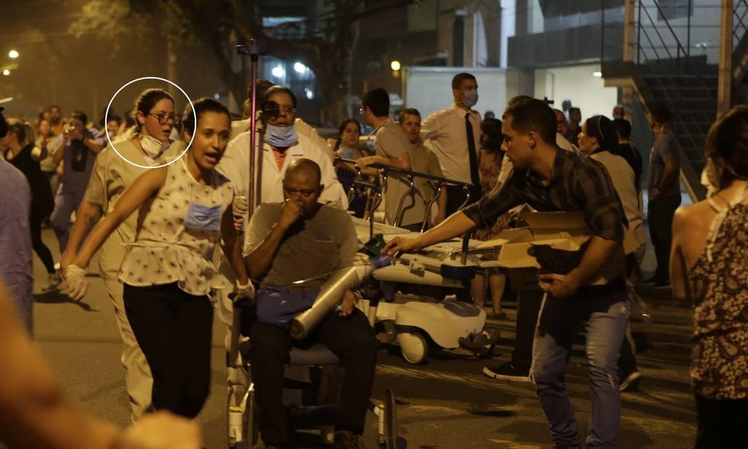 Marília Cristina socorre paciente durante incêndio no Hospital Badim, na noite de quinta-feira Foto: Alexandre Cassiano / Agência O GLOBO