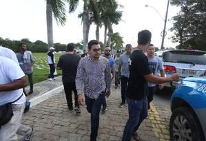 Flávio, ao ser preso, na saída do enterro de Anderson Foto: Fabiano Rocha / Fabiano Rocha