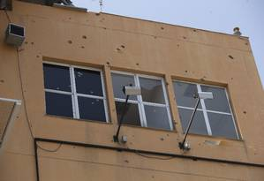 A estação Itararé, que fica na favela Nova Brasília, está com mais de 200 marcas de bala na fachada Foto: Márcia Foletto / Agência O Globo
