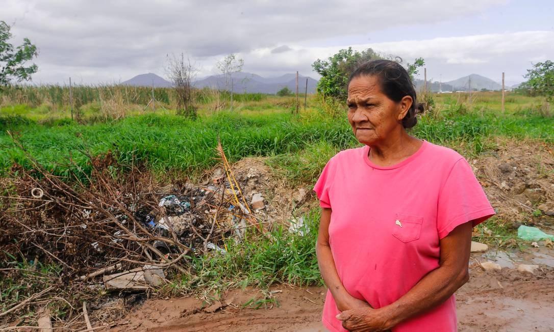 Moradora Maria Juventude de Jesus, ao lado da área onde seria construído parque da Disney Foto: Marcelo Regua / Agência O Globo
