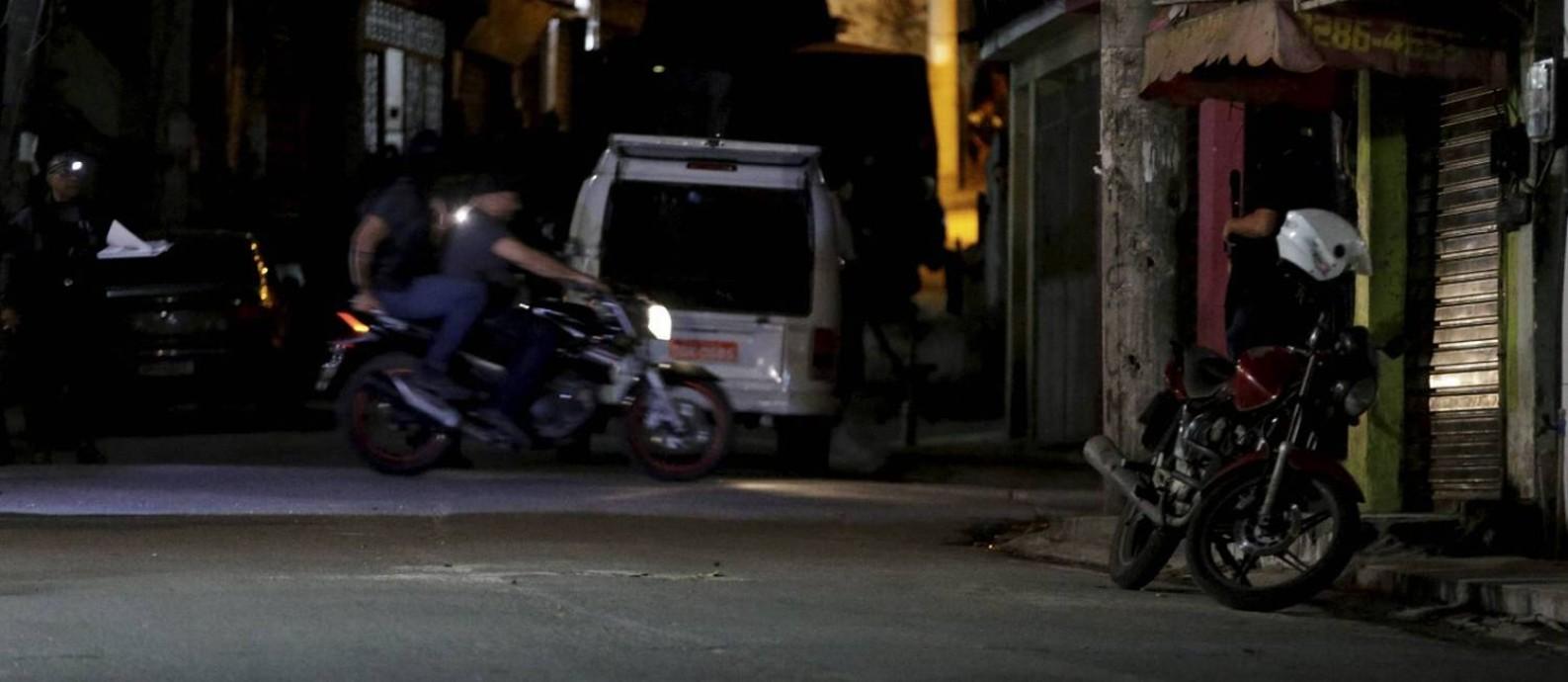 Uma moto foi usada na reconstituição da morte da menina Ágatha Foto: Domingos Peixoto / Agência O Globo