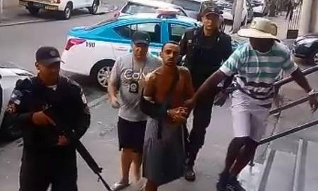Pepinho sendo encaminhado por policiais à delegacia Foto: Divulgação