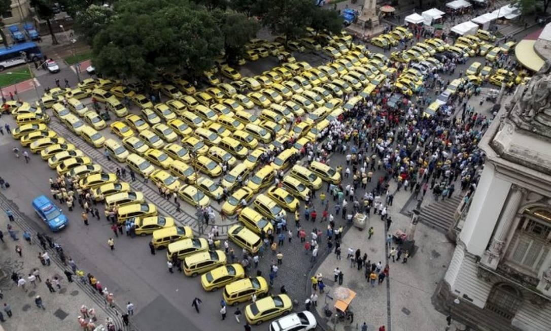 Taxistas protestam desde cedo na Câmara dos Vereadores contra aplicativos de transportes Foto: Marcelo Régua / Agência O Globo