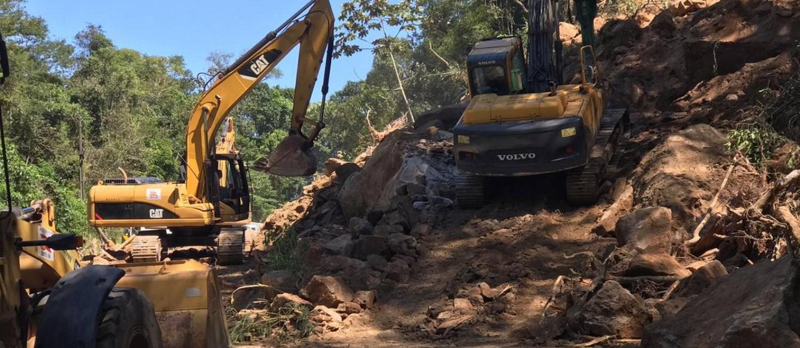 Máquinas e operários trabalham na retirada de parte da encosta que caiu fechada estrada Foto: Divulgação