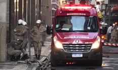 Bombeiros deixaram o prédio da Quatro por Quatro amparados por colegas Foto: Gilberto Porcidônio