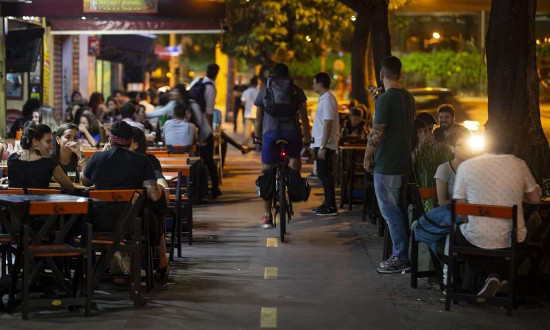 Pela proposta, em estudo na Câmara dos Vereadores, espaço em calçadas, como as de Botafogo, para pedestres e ciclistas deve reduzir de 2,5 metros para até 1,2 metros para privilegiar mesas de bares Foto: Alexandre Cassiano / Agência O Globo
