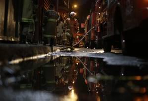 Fogo e fumaça: bombeiros do Rio combatem fogo na terma Quatro por Quatro no Centro, onde quatro bombeiros morreram Foto: Alexandre Cassiano / Alexandre Cassiano