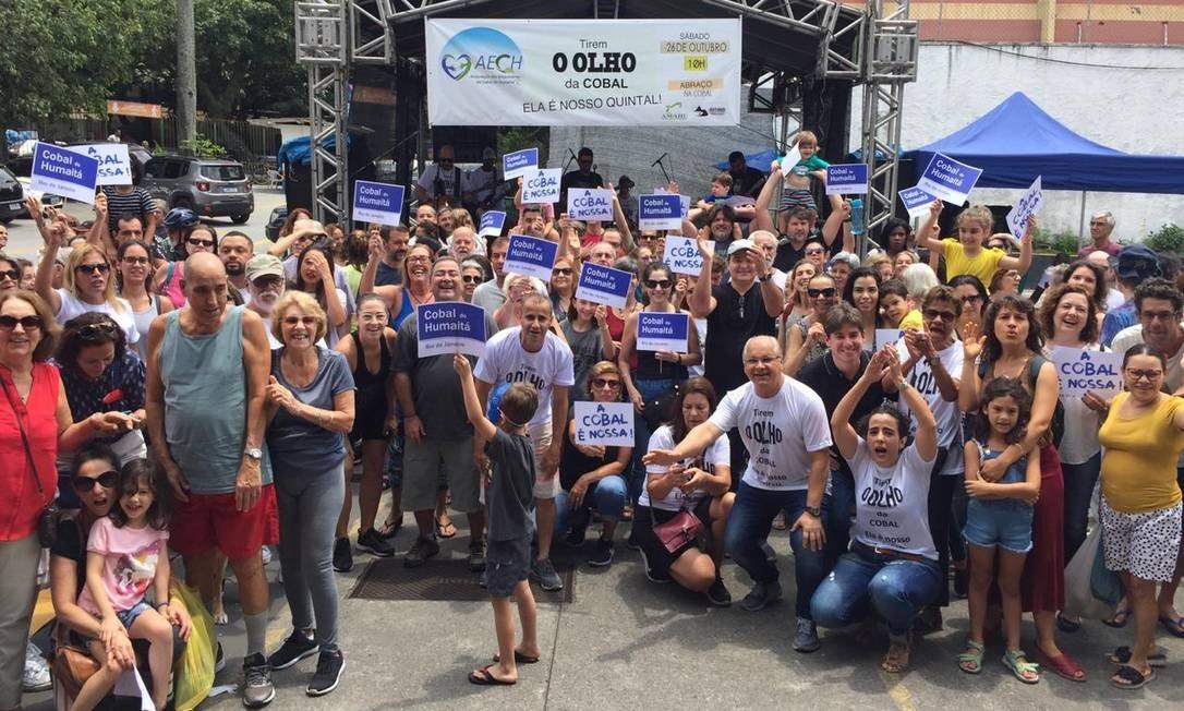Empunhando cartazes, manifestantes pediam a continuação da Cobal, na manhã deste sábado Foto: Agência O Globo/Ana Branco