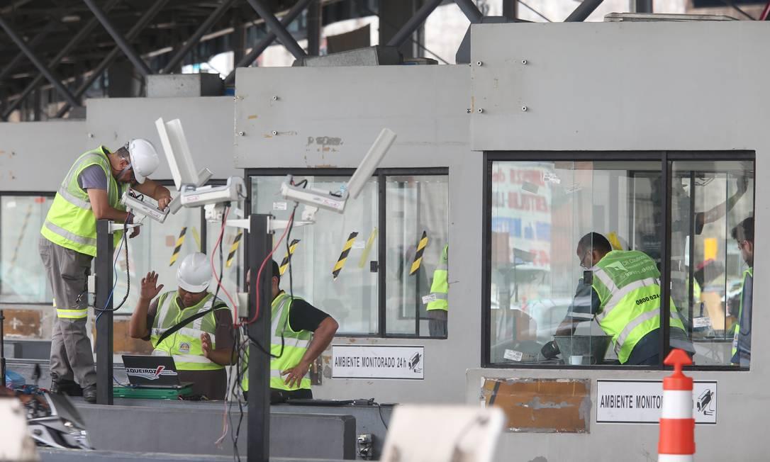 Funcionários trabalham na reconstrução da praça do pedágio da Linha Amarela nesta terça-feira Foto: Fabiano Rocha / Agência O Globo