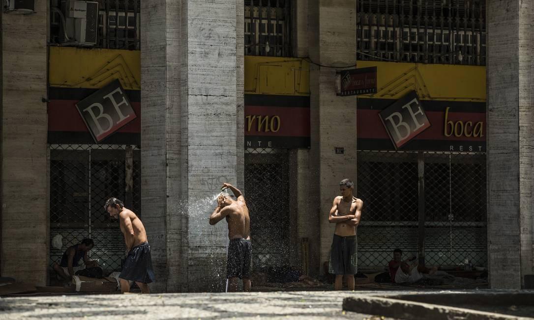 RI Rio de Janeiro, RJ 17/11/2019 MORADORES DE RUA - Moradores de rua tomam banho na Avenida Almirante Barroso, no Centro Foto: Guito Moreto / Agência O Globo