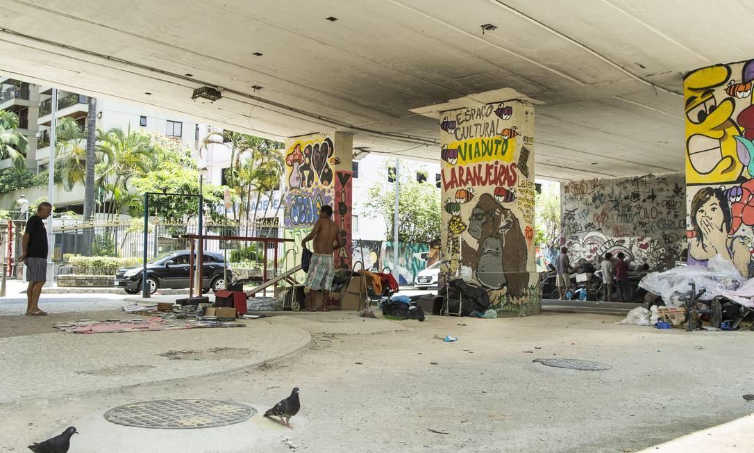 Moradores de rua vivem embaixo do viaduto que dá acesso ao Túnel Santa Bárbara, em Laranjeiras Foto: Guito Moreto / Agência O Globo