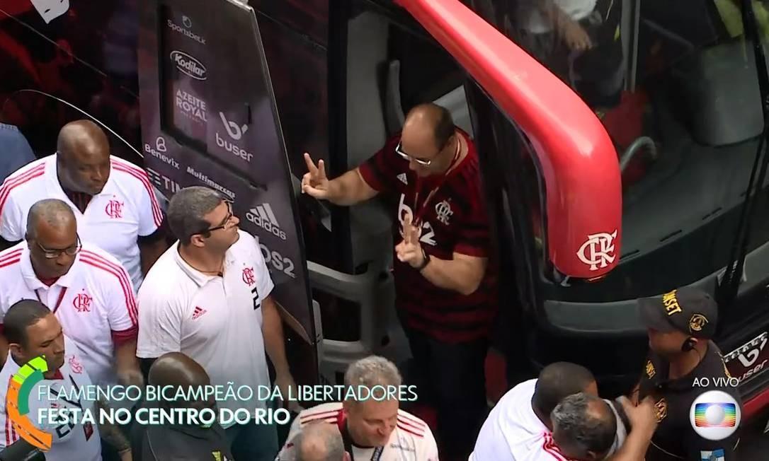Governador desce do ônibus que levou jogadores ao Centro do Rio Foto: Reprodução / TV Globo