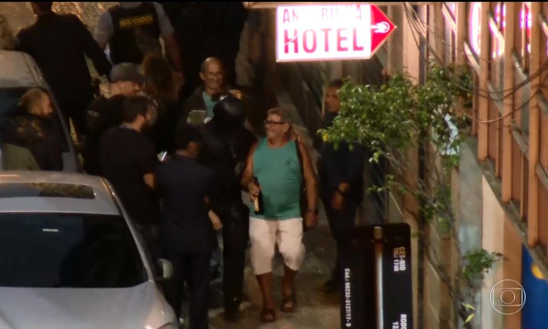 Uma das vítimas saiu segurando uma garrafa de cerveja Foto: Reprodução TV Globo
