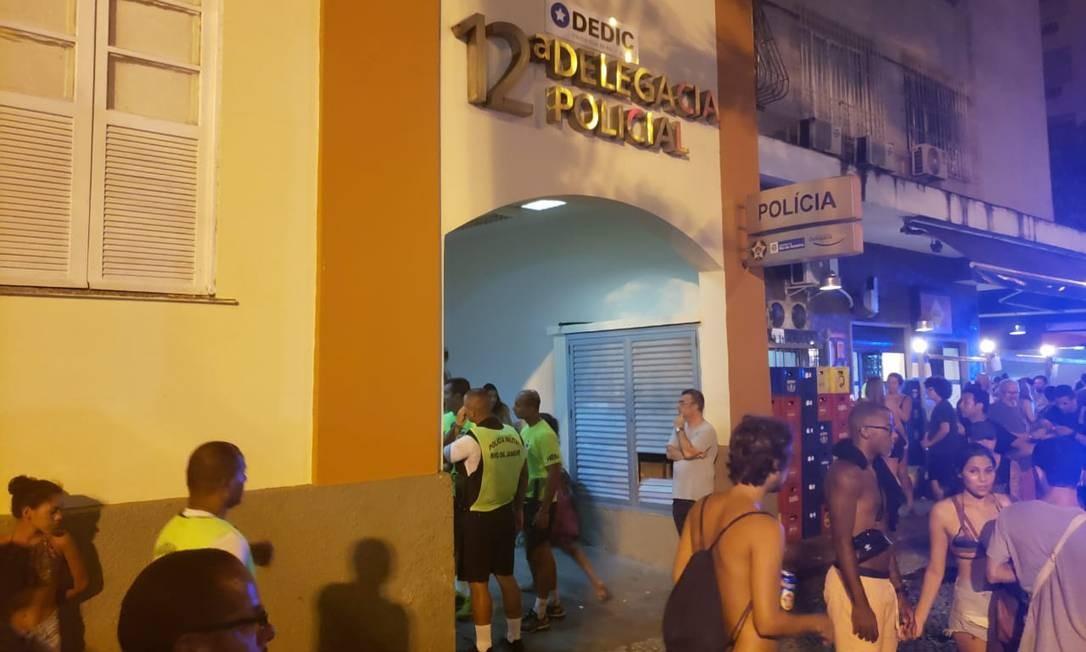 Foliões registram ocorrências na 12ª DP, em Copacabana Foto: Arthur Leal / Agência O Globo