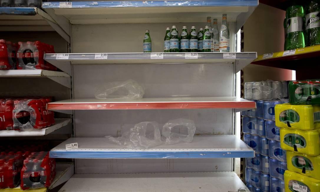Problemas com a qualidade da água fornecida pela Cedae provaca corrida para compra de água mineral nos supermercados. Na foto, prateleiras vazias no Extra da Rua Maxwell, em Vila Isabel. Foto: Márcia Foletto / Agência O Globo