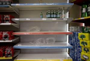 Problemas com a qualidade da água fornecida pela Cedae provaca corrida para compra de água mineral nos supermercadosNa foto, prateleiras vazias no Extra da Rua Maxwell, em Vila Isabel. Foto: Márcia Foletto / Agência O Globo