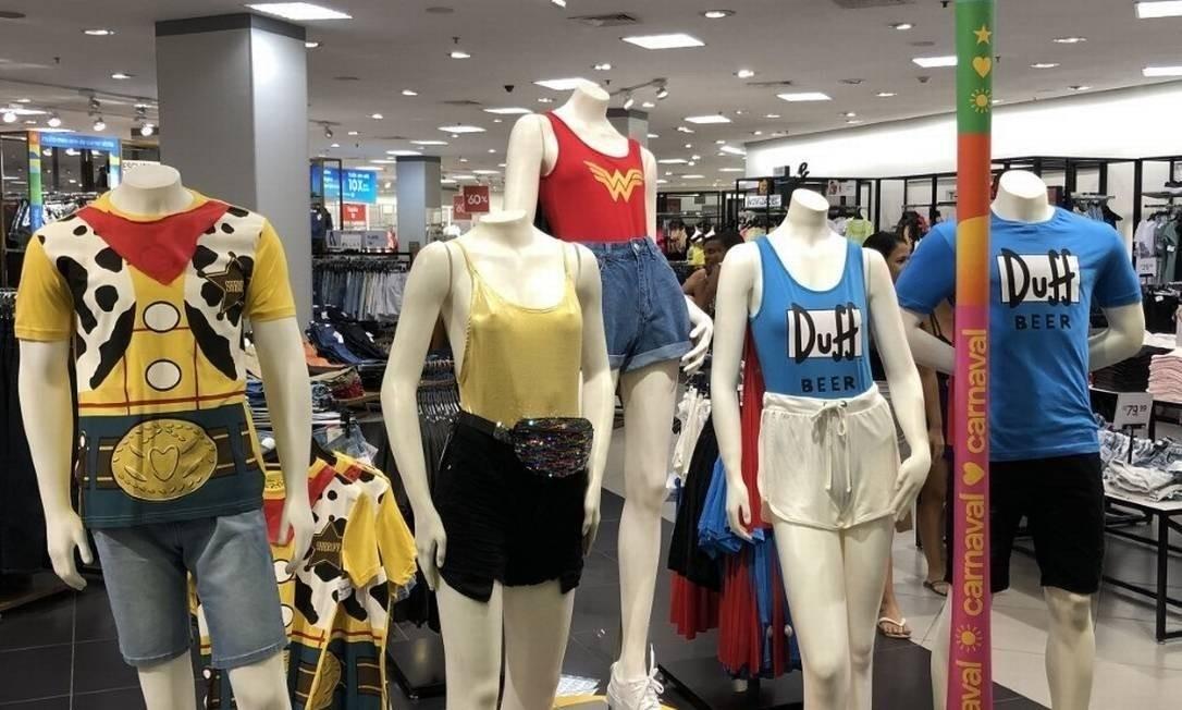 Vitrine da C&A, no Shopping Bangu, com looks de carnaval Foto: Divulgação