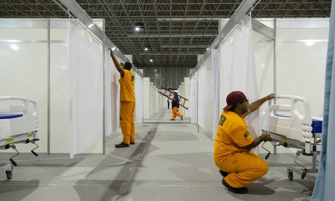 Hospital de campanha é montado no pavilhão 3 do Riocentro Foto: Leo Martins / Agência O Globo