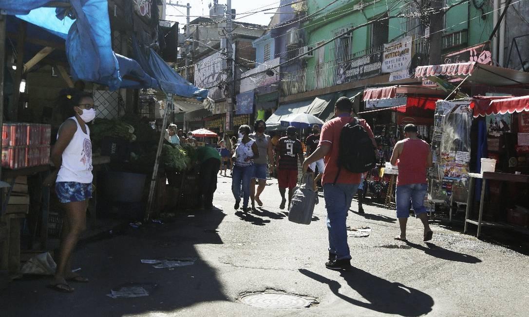 Movimento na Av. Itaoca, no Complexo do Alemão Foto: ANTONIO SCORZA / Agência O Globo